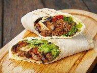 Рецепта Бурито със задушено свинско месо, чушки, домати и чили